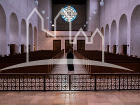 Mönch in der Abteikirche